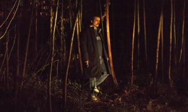 Com um revólver, Pablo Escobar (Wagner Moura) caminha na floresta na segunda temporada de 'Narcos' Foto: Juan Pablo Gutierrez / NETFLIX
