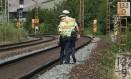 Policiais examinam trilhos em Wuerzburg, após ataque que deixou quatro feridos Foto: DANIEL ROLAND / AFP