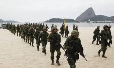 A Marinha realizou treinamento na Praia do Flamengo e no Monumento dos Pracinhas, no Aterro. A operação era um desembarque de tropas para conter uma manifestação Foto: Gabriel de Paiva / Agência O Globo