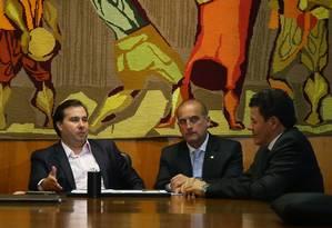 O presidente da Câmara, Rodrigo Maia (DEM-RJ), recebe procuradores e o deputado Onyz Lorenzoni (DEM-RS), que é o relator da comissão sobre medidas de combate a corrupção Foto: Ailton de Freitas / Agência O Globo / 19-7-2016