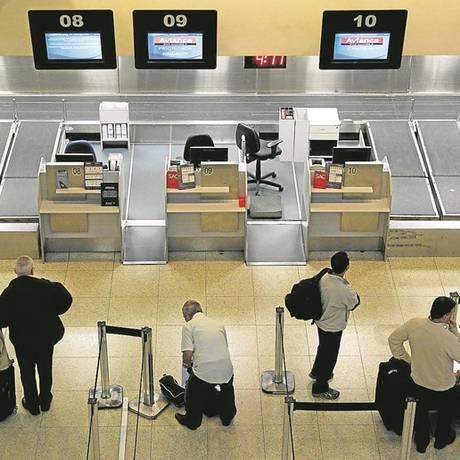 Passageiros que seguiram orientação da Anac para chegar com antecedência aos aeroportos esperam guichês abrirem no Santos Dumont Foto: Pedro Teixeira