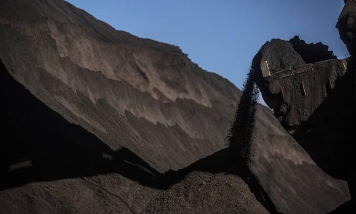 Minério de ferro, matéria-prima do aço, no Porto de Sepetiba Foto: Dado Galdieri / Bloomberg