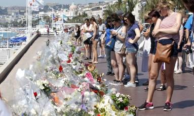 Memorial em homenagem às vítimas de atentado é preenchido com flores e mensagens na praia da Promenade des Anglais, em Nice, no sul da França Foto: Claude Paris / AP