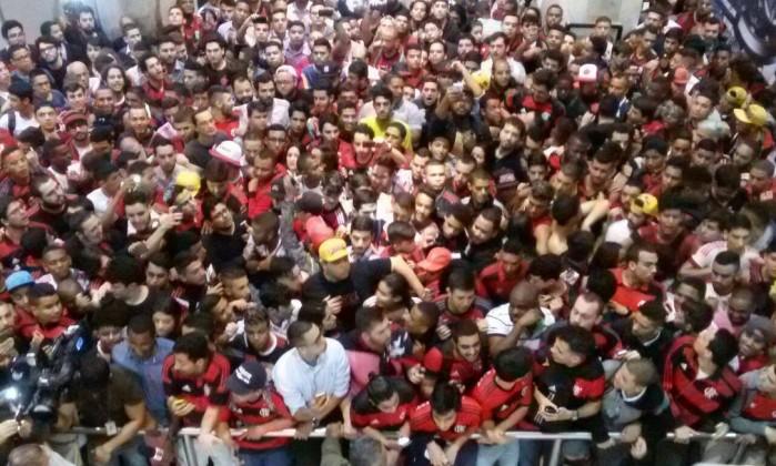 http://og.infg.com.br/in/19752402-7d8-3d8/FT1086A/420/Torcida-do-Flamengo-no-aeroporto-a-espera-de-Diego.jpg