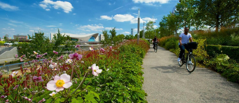 Ciclista pedala no Queen Elizabeth Olympic Park, onde aconteceu a OIimpíada de Londres, em 2012, agora convertido em área de lazer Foto: Simon Keats / Queen Elizabeth Park / Divulgação