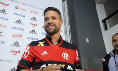 Diego exibe a camisa do Flamengo, ao ser apresentado na Gávea Foto: Rafael Moraes