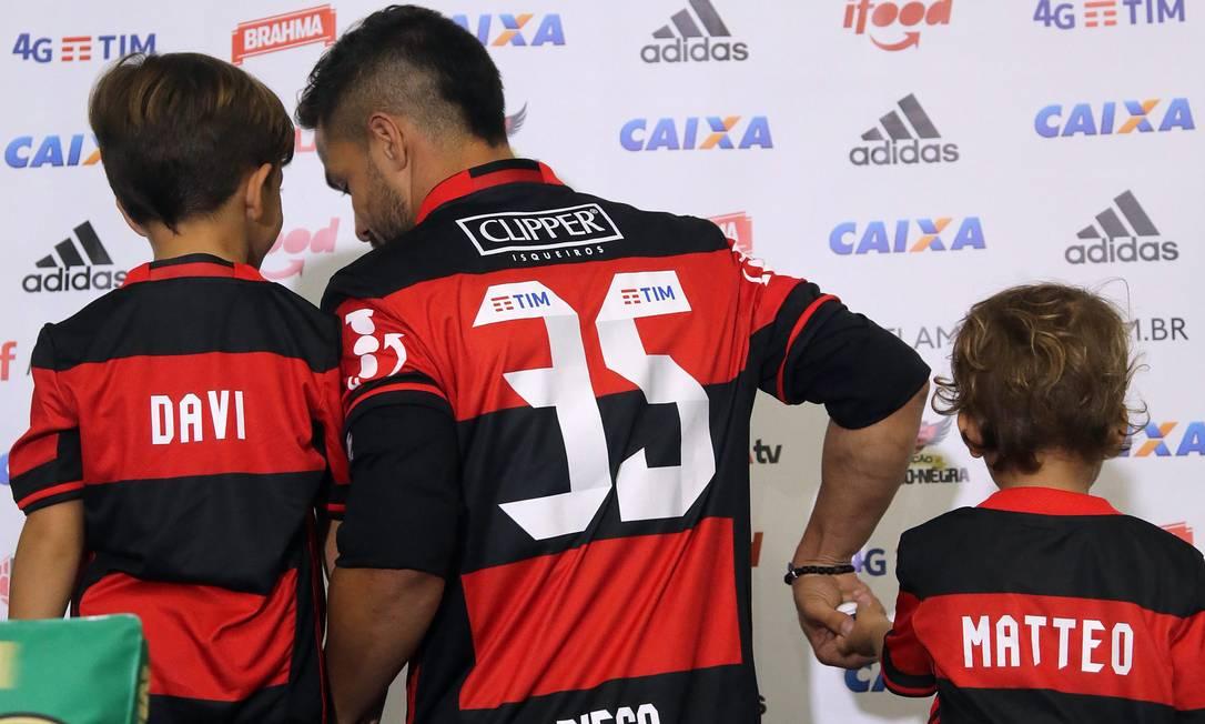 Diego posa com Davi e Matteo. Número 35 é uma homenagem às idades dos filhos do meia Rafael Moraes / Rafael Moraes