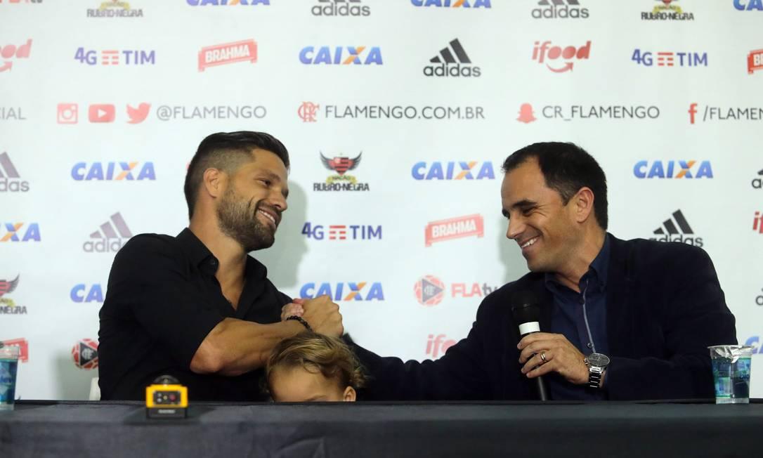 O novo reforço do Flamengo é cumprimentado pelo diretor Rodrigo Caetano Rafael Moraes