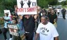 Manifestantes cantam em protesto do Black Lives Matter em Sanford, EUA Foto: Stephen M. Dowell / AP