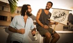 Rodrigo Cagnani (à direita) e Eduardo Barreto vendem cachaça frutada com jambu: sucesso na noite do Rio Foto: Bárbara Lopes