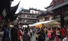 O centro antigo de Xangai tem muitas opções de lojas em prédios tipicamente chineses Foto: O Globo / Victor Costa