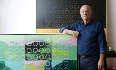 Adriano Mangiavacchi, em casa, com obra da nova exposição Foto: Fabio Rossi / Agência O Globo