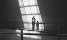 O estudante de design William Vilar veste a blusa de combate ao racismo Foto: Divulgação