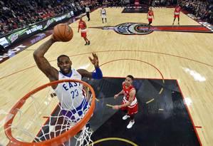LeBron James faz uma enterrada diante de Stephen Curry no Jogo das Estrelas da NBA, em fevereiro deste ano: evento de 2017 terá mudança de sede Foto: Bob Donnan / USA Today Sports