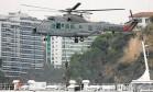 Helicóptero da Marinha infiltra agentes em barca da linha Rio-Niterói que foi sequestrada por terroristas fictícios Foto: Pablo Jacob