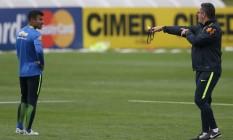 Rafinha Alcântara é orientado pelo técnico Rogério Micale durante treino da seleção olímpica na Granja Foto: Lucas Figueiredo / Mowa Press