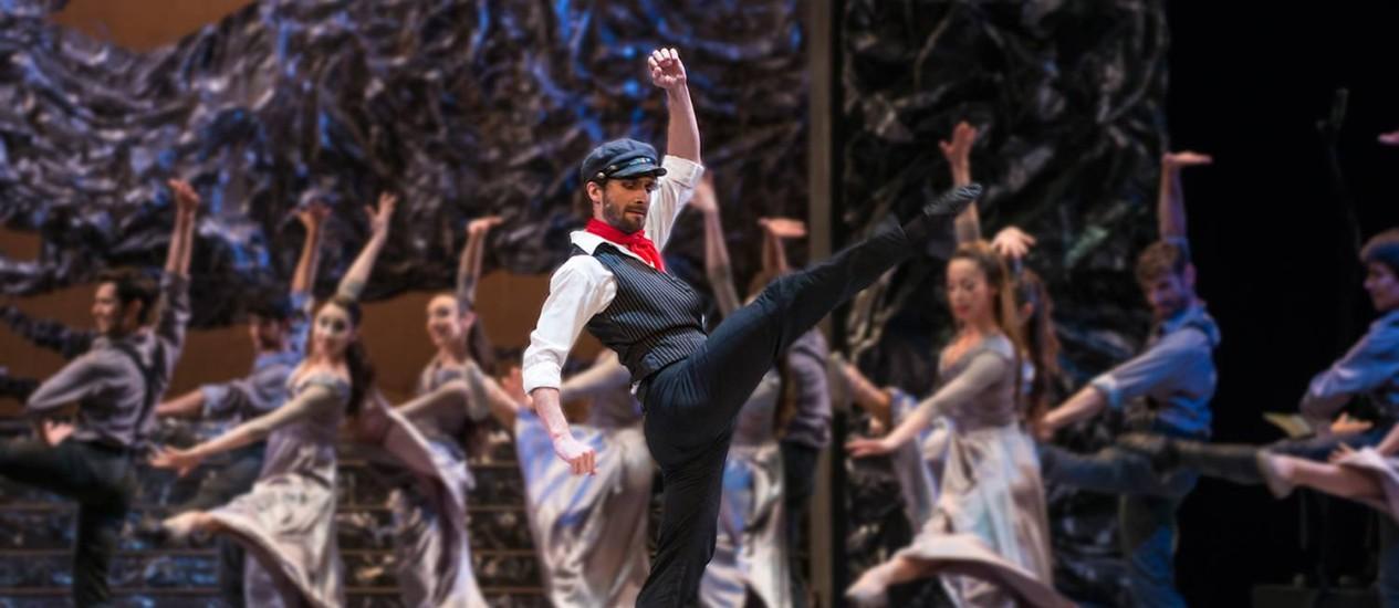 O primeiro-bailarino Rodrigo Guzmán vive Zorba: apresentações nesta sexta, sábado e domingo no Municipal Foto: Divulgação / Patricio Melo