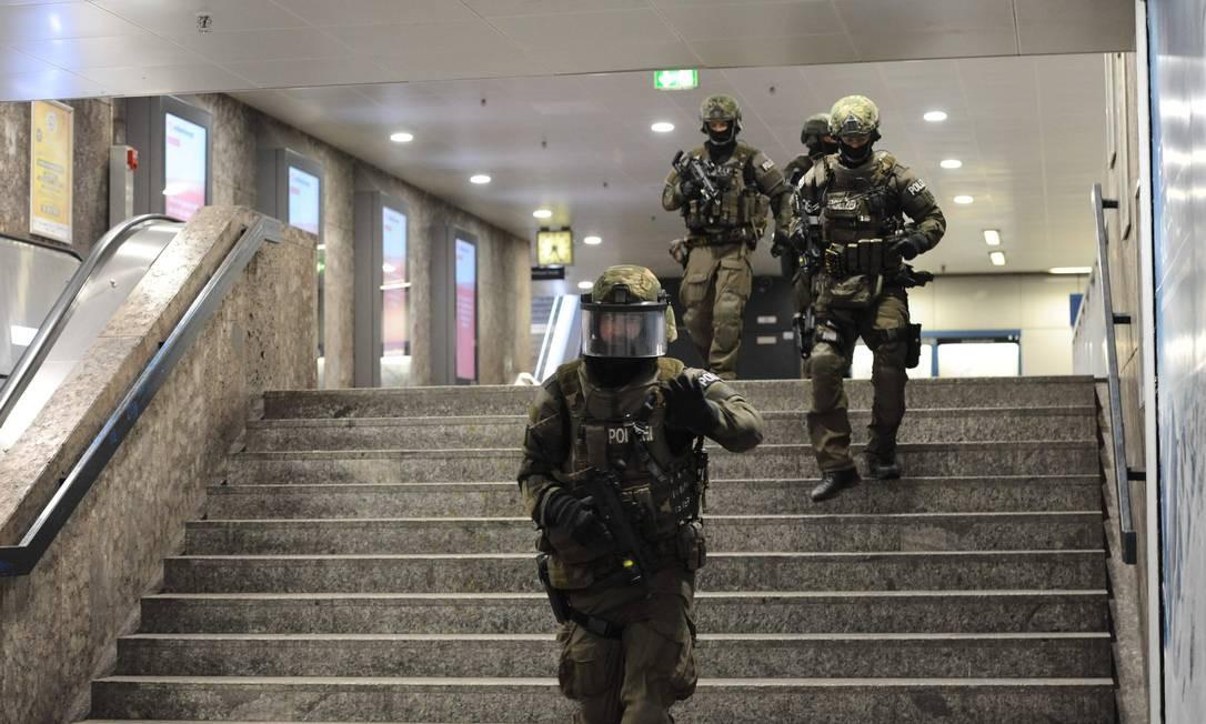 Policiais realizam buscas na estação de Kalsplatz, próxima ao shopping Olympia. Transporte foi interrompido em Munique Foto: ANDREAS GEBERT / AFP