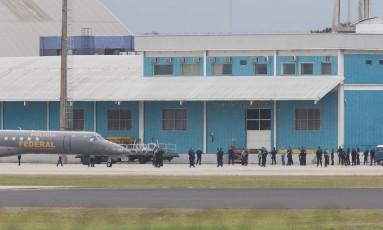 Presos perigosos são transferidos do Complexo Penitenciário de Gericinó para presídios federais Foto: Pablo Jacob / Agência O Globo