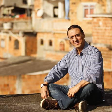 O professor da UFF, Mauro Romero Leal faz uma pesquisa com meninos do Morro do Estado Foto: Guilherme Leporace / Agência O Globo
