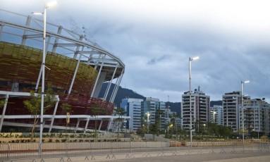 Iluminação acesa na área comum do Parque Olímpico, nas imediações do Centro de Tênis: energia é preocupação para os Jogos Foto: Guito Moreto / Agência O Globo
