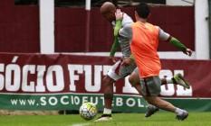 Wellington Silva domina a bola no treino desta sexta-feira nas Laranjeiras Foto: Nelson Perez