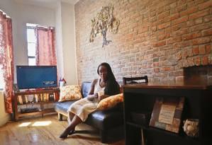 Ashley Warmington, da Cozy Oasis, que atua no ramo de aluguel por temporada em Nova York e é parceira do site Noirbnb Foto: Bebeto Matthews / AP