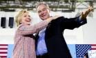 Hillary Clinton, ao lado de tim Kaine em comício na Virgínia. Senador será o vice na chapa democrata Foto: Andrew Harnik / AP
