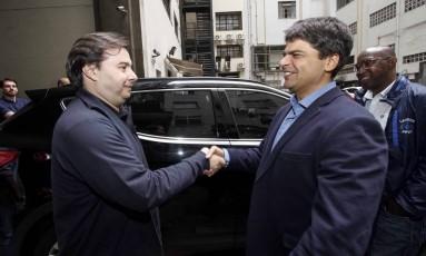 O candidato do PMDB, Pedro Paulo, recebeu o presidente da Câmara, Rodrigo Maia (DEM), na sede do partido Foto: Divulgação/Tarso Ghelli