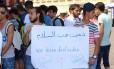 """""""Amamos a paz"""". Refugiados e apoiadores fazem manifestação em Wuerzburg, em resposta ao ataque realizado por um adolescente afegão num trem perto da cidade"""