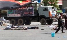Corpos de vítimas são vistos espalhados no chão após atentado em Cabul, no Afeganistão Foto: STRINGER / REUTERS