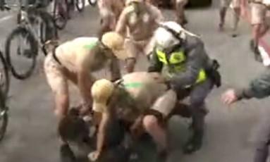 Homem é detido ao tentar se aproximar da tocha olímpica em Guarulhos, na Grande SP Foto: Reprodução/G1