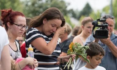 Mulher chora em frente a um memorial em homenagem às vítimas de ataque em Munique Foto: Sebastian Widmann / AP