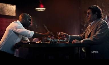 Ricky Whittle (com o protagonista Shadow Moon) e Ian McShane (Mr. Wednesday) Foto: Reprodução