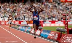 Farah cruza a linha de chegada já fazendo a sua comemoração característica. Ele estabeleceu a melhor marca nos 5.000m Foto: Paul Harding / AP