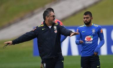 Rogério Micale orienta Gabriel no treino da seleção brasileira Foto: VANDERLEI ALMEIDA / AFP
