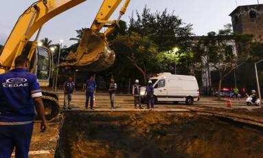 Nova cratera se abre no asfalto da Avenida Radial Oeste, na altura do Maracanã Foto: Leo Martins / Agência O Globo
