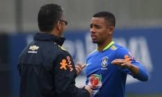 Gabriel Jesus recebe orientação do técnico Rogério Micale: alegria de jogar Foto: VANDERLEI ALMEIDA / AFP