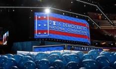 Quase pronto. Salão onde acontecerá convenção recebe balões que serão içados ao teto: Hillary espera evitar as turbulências que marcaram o encontro republicano Foto: Drew Angerer / AFP/22-07-2016