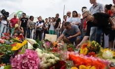 Homenagem. Shopping palco de tiroteio é abarrotado de flores; para a polícia, 2º atentado em uma semana no país pode ter sido motivado por uma mistura de depressão e distúrbio de personalidade Foto: CHRISTOF STACHE / CHRISTOF STACHE/AFP