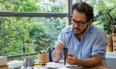 Walmor Corrêa trabalha em seu ateliê, em São Paulo: pequisa exaustiva sobre a 'Sporophila beltoni' Foto: Divulgação/Nelson Kon