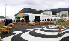 O calçadão de Copacabana recebe os atletas logo na entrada da Vila, em frente a um dos restaurantes Foto: Marcelo Carnaval / Agência O Globo