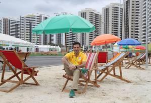 Cilenti posa em uma área de lazer dos atletas na Vila Olímpica, reproduzindo uma praia carioca Foto: Marcelo Carnaval / Agência O Globo