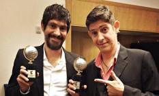 Gabriel Bá e Fábio Moon mostram o troféu do Prêmio Eisner Foto: Reprodução
