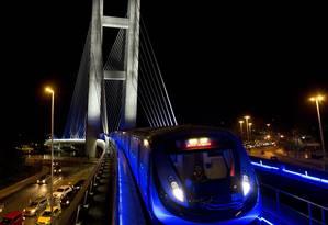 Cenário futurista. Trem percorre a ponte estaiada da Barra Foto: Guito Moreto / O Globo