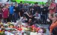 Pessoas choram diante de memorial em homenagem às vítimas do ataque em Munique