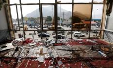 Vidros quebrados e destroços são vistos em um restaurante um dia depois do ataque suicida em Cabul Foto: MOHAMMAD ISMAIL / REUTERS