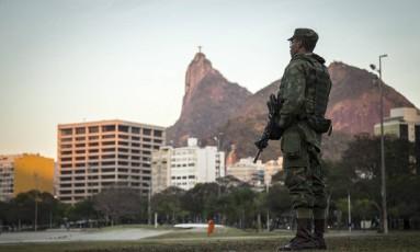 Tropas das Forças Armadas começam a patrulhar ruas, vias expressas e praias do Rio Foto: Hermes de Paula / Agência O Globo