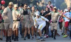 A Tocha Olímpica andou de skate no revezamento em São Paulo na manhã deste domingo Foto: Agência O Globo