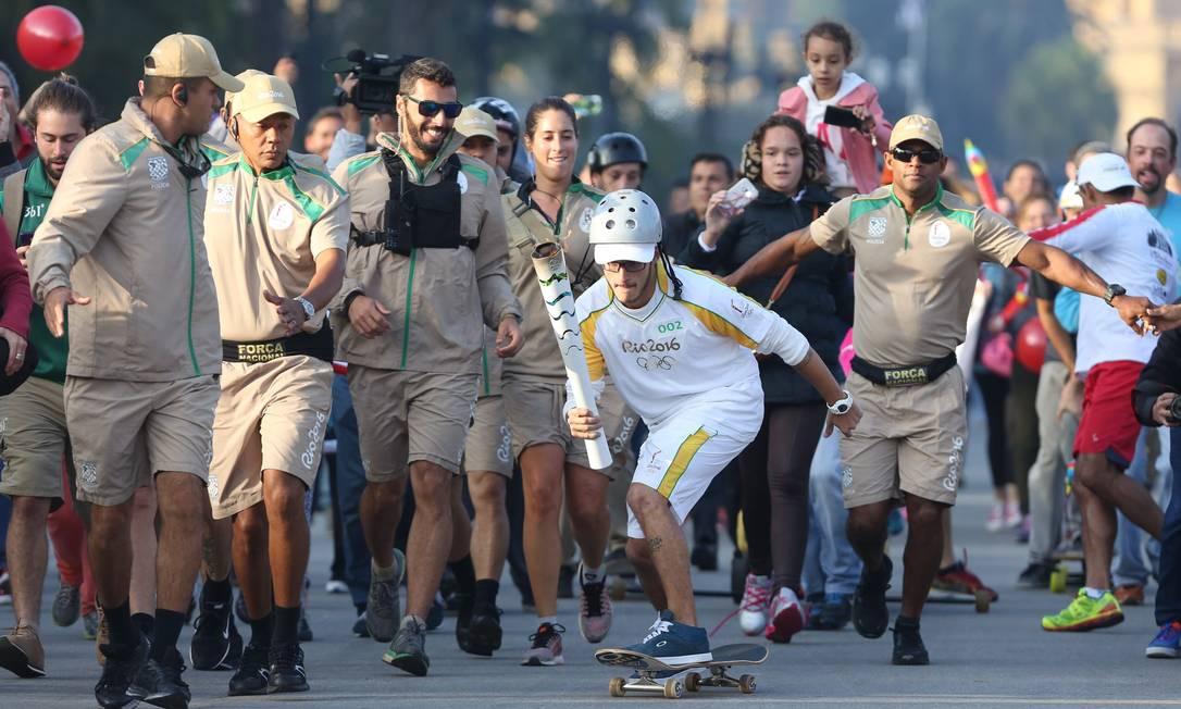 A Tocha Olímpica andou de skate no revezamento em São Paulo na manhã deste domingo Marcos Alves / Agência O Globo